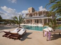 The Majlis pool and villa